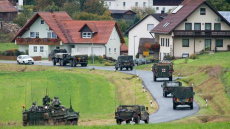 Militärfahrzeuge der US-Armee fahren durch den Ort Kleinfalz nahe dem Truppenübungsplatz Grafenwöhr: Auch an dem Standort sollen Soldatem abgezogen werden.