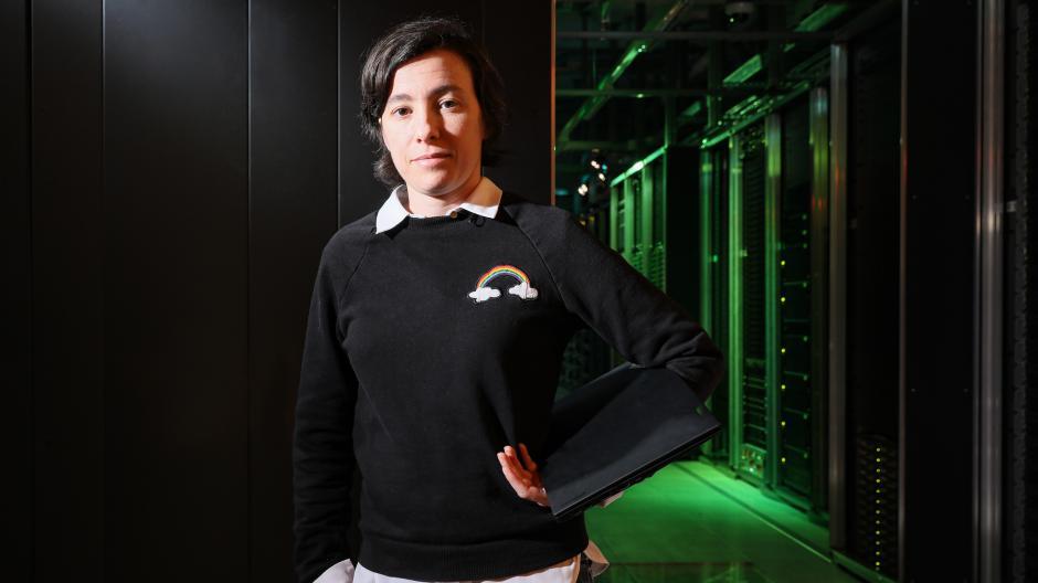 Carmela Troncoso hat dafür gekämpft, dass die Daten der Corona-Warn-App nicht zentral gespeichert werden.  Hier erklärt sie, weshalb sie solche Datenansammlungen als Gefahr für die Gesellschaft sieht.