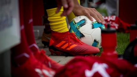 Die Amateurfußballer dürfen wieder gegeneinander kicken. Aber unter strengen Auflagen.