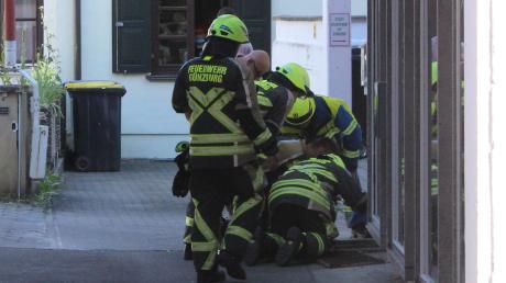 In einem Kellerschacht eines Hauses an der Hofgasse in Günzburg hatte sich unter anderem Unrat entzündet.