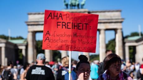 Tausende haben in Berlin gegen die Corona-Auflagen demonstriert.