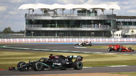 Lewis Hamilton (l) siegte in seinem Heimrennen in Silverstone.