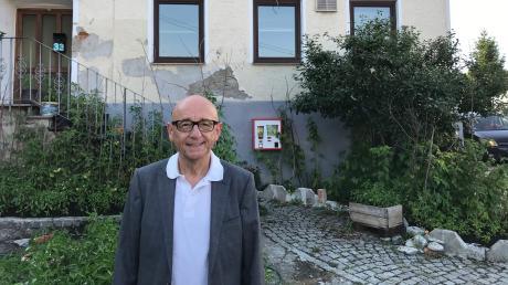 Alfred Sauter vor seinem Geburtshaus in Oxenbronn.