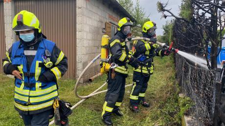 Zu einem großen Schaden kommt es am Sonntag in Sand, als ein 47-Jähriger grillt. Die Feuerwehren können nicht mehr viel retten.