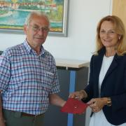 Georg Göster aus Erpfting konnte jetzt den verloren geglaubten Ehering seiner Frau Barbara von Oberbürgermeisterin Doris Baumgartl in Empfang nehmen.