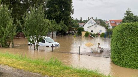 Starke Regenfälle sorgten am späten Sonntagnachmittag für Überschwemmungen im Bachtal. Vor allem Syrgenstein, hier der Heckweg, war betroffen.