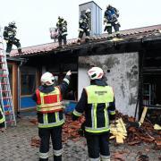 120 Feuerwehrleute aus Ried und Umgebung waren am Montagabend im Einsatz, um einen Brand in der Grundschule Ried zu löschen.