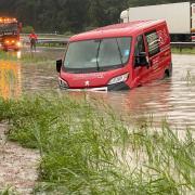 Die A8 zwischen Achenmühle und Frasdorf wurde bei dem Hochwasser im Kreis Rosenheim überflutet.