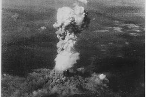 Hiroshima vor 75 Jahren: Das vom US-Nationalarchiv zur Verfügung gestellte Handout zeigt die Rauchsäule des ersten Atombombenabwurfs.