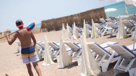 Ein Mann geht an einem leeren Strand in Antalya entlang. Die Bundesregierung hat die Reisewarnung für die Türkei teilweise aufgehoben.