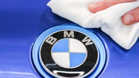 Ein BMW ist in Münsterhausen mit Farbe besprüht worden.
