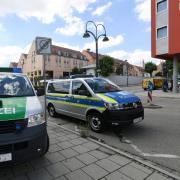 In Gersthofen kam es am Mittwoch zu einem größeren Polizeieinsatz, weil ein verletzter Mann auf der Toilette eines Hotels gefunden wurde. Der Mann steht unter Verdacht, eine Frau in Graben getötet zu haben.