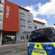 Die Polizei rückte am Mittwochmittag zu einem Großeinsatz in einem Hotel in Gersthofen aus, dort wurde ein schwer verletzter Mann gefunden. Erst später fand die Polizei heraus, dass er seine Ex-Frau getötet haben könnte.