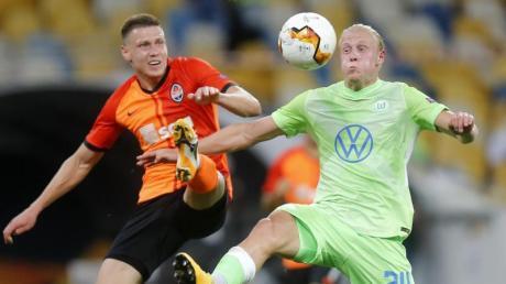 Mykola Matwijenko (l) von Schachtjor Donezk kämpft mit Wolfsburgs Xaver Schlager um den Ball.