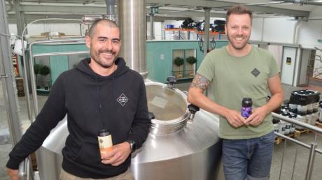 """Sie stecken hinter der Biermarke """"FrauGruber"""" aus Gundelfingen: Matthias Gruber (links) und Enzo Frauenschuh."""