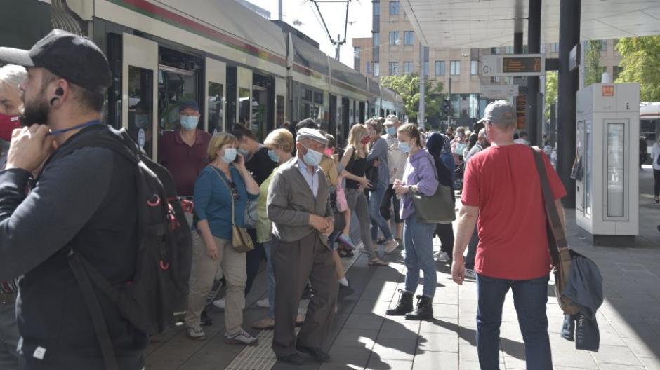 In Augsburgs Straßenbahnen und Bussen tragen die Menschen weiter ihren Mundschutz. Unter freiem Himmel sieht es anders aus. Zumindest lässt sich dort besser Abstand halten.