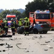 Schwerer Unfall am Rothsee: Zwischen Zusmarshausen und Horgau sind ein Auto und ein Kleintransporter zusammengestoßen.