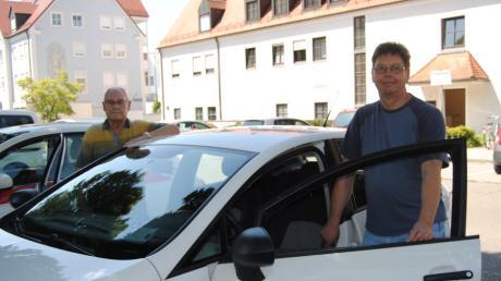 Zwei Seiten des Seniorenfahrdienstes: Nutzer Norbert Reinsch (links hinten) und Fahrer Rolf Paysen.