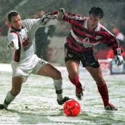 Der DFB-Pokal sorgte schon immer für große Begegnungen im Ulmer Donaustadion: Im Achtelfinale der Saison 1997/98 unterliegt der SSV Ulm (hier links: Oliver Otto) dem VfB Stuttgart mit 1:3.