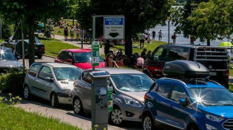 """Volle Parkplätze, viel Verkehr auf den Straßen: An etlichen """"Hotspots"""" im Allgäu geht es derzeit hoch her, wie hier am Hopfensee im Ostallgäu."""
