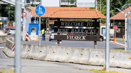 """""""Welcome to Rose Barracks Vilseck"""" steht auf einem Schild vor der Zufahrt des Truppenübungsplatzes nahe Vilseck."""