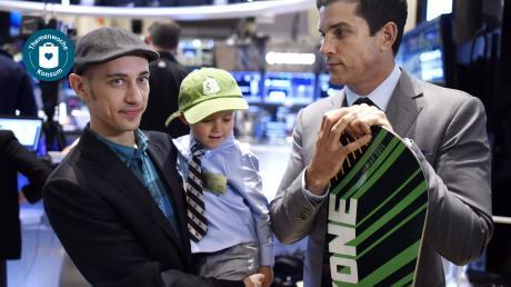 Shopify-Gründer Tobias Lütke mit seinem Sohn am Tag des Börsengangs seines Unternehmens im Mai 2015.