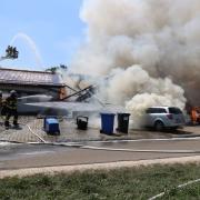 Ein Feuer auf einem Pferdehof in Jettingen hat am Montagnachmittag zu einem Großeinsatz geführt.
