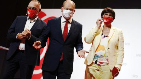 Olaf Scholz (M) mit den SPD-Bundesvorsitzenden Norbert Walter-Borjans (l) und Saskia Esken.