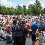 """Zwischen 1200 bis 1500 Demonstarnten kamen zur Anti-Corona-Demo in Augsburg. Sie stand unter dem Motto """"Fest für Freiheit und Frieden""""."""