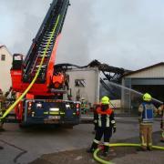 Eine Lagerhalle in Paar ist abgebrannt. Die angrenzenden Gebäude wurden vor einem Brandschaden gerettet.