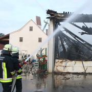Eine Lagerhalle beim Kramer ist in Paar ein Raub der Flammen geworden  Zahlreiche Feuerwehren waren im Einsatz - auch die drehleitern aus Aichach  und Schrobenhausen. Es soll auch die Berufsfeuerwehr aus Augsburg mit  einem Einsatzfahrzeug VorOrt gewesen sein  Die angrenzenden Gebäude wurden vor einem Brandschaden gerettet.
