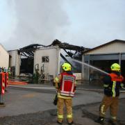 Eine Lagerhalle ist in Paar ein Raub der Flammen geworden Die angrenzenden Gebäude wurden vor einem Brandschaden gerettet.