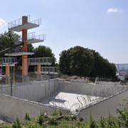Wie ein Mahnmal ragt der Zehn-Meter-Sprungturm über die Großbaustelle des Donauwörther Freibades am Schellenberg. Eisenstützen halten die verschiedenen Betonpfosten, damit der Turm auch nach der Sanierung gerade steht.
