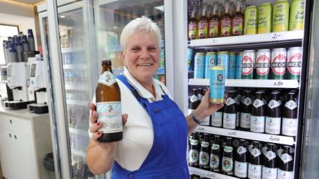 Die Perlach-Tankstelle darf nach einer Genehmigung durch das Bauordnungsamt ab sofort Alkohol verkaufen. Mitarbeiterin Sandra Hermann freut sich.