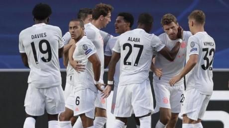 Der FCBayern München hatte keine Mühe mit dem FC Barcelona und erreichte locker das Halbfinale.