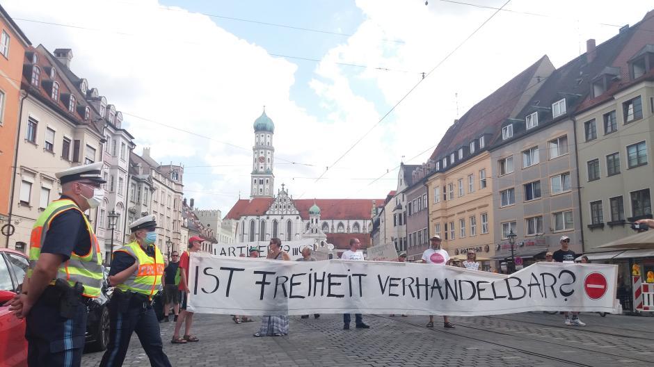 Knapp 250 Menschen demonstrierten am Samstag in der Augsburger Innenstadt gegen die Corona-Regeln.