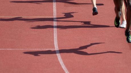 Damit keine Verletzungsgefahr für die Sportler besteht, soll die 400-Meter-Laufbahn in Zusmarshausen saniert werden.