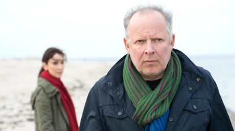 """Borowski (Axel Milberg) und Sarah Brandt (Sebil Kekilli) haben viele Fragen: Szene aus dem Tatort """"Borowski und das Meer"""", der gestern Abend als Wiederholung im Ersten lief."""