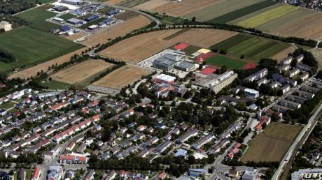 Hier entsteht ein neues Stadtviertel: Zwischen Entlastungsstraße und Schulzentrum, wo jetzt noch Felder sind, soll Platz für den vergrößerten Campus und auch für Ein- und Mehrfamilienhäuser entstehen.