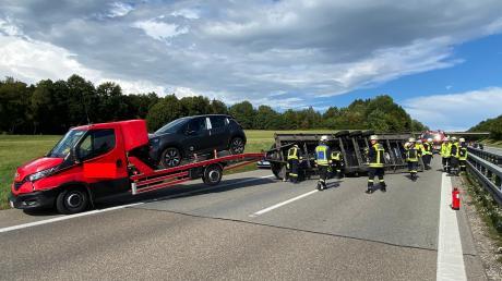 Nach einem Unfall ist der Kohlbergtunnel der Autobahn A 96 zwischen Stetten und Erkheim in Fahrtrichtung Lindau gesperrt. Ein mit Autos beladener Anhänger steht quer.