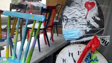 """Wegen Corona sitzen Kulturschaffende gerade zwischen allen Stühlen. In Pfersee ha ben sie daraus eine Kunstaktion gemacht. Blick in die Ausstellung """"Kulturstühle""""."""