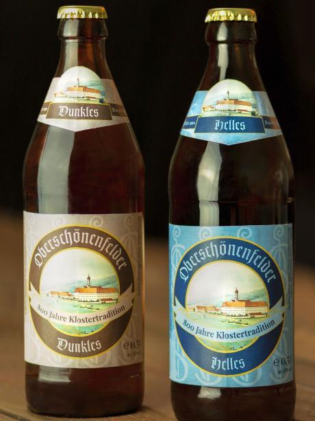 Die Bierflaschen des Oberschönenfelders Hellen und Dunklen tragen eine historische Ansicht des Klosters.