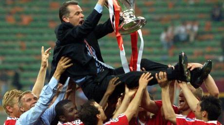 Unter Ottmar Hitzfeld gewann der FC Bayern 2001 den Henkelpott.