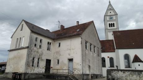 Schandfleck neben der Kirche: Von der Friedensstraße aus gesehen bietet das alte Schulhaus keinen schönen Anblick mehr.