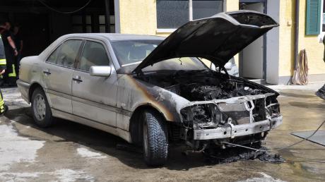 Ein Auto ist am Donnerstag im Kettershauser Ortsteil Tafertshofen komplett ausgebrannt.