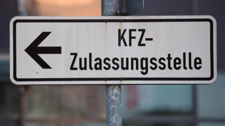 Nach einem Corona-Fall in der KFZ-Zulassungsstelle im Neu-Ulmer Landratsamt hilft jetzt das Landratsamt Günzburg aus.