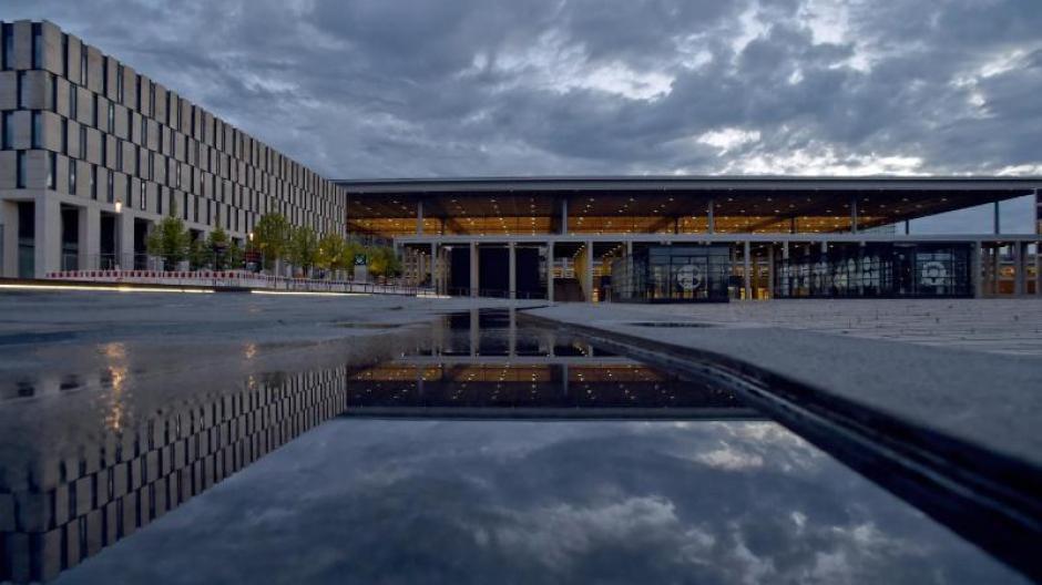 Das Terminalgebäude des Hauptstadtflughafens Berlin Brandenburg Willy Brandt (BER).