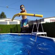 Dieser Sommerstar genießt den Sprung in einen kühlenden Pool.