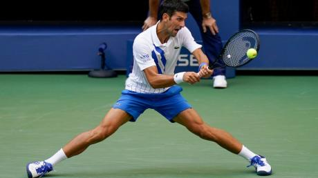 Novak Djokovic schlägt aus Frust einen Ball gegen eine Linienrichterin - und wird disqualifiziert.