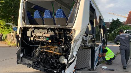 Ein Busfahrer hat wohl das Rotlicht am beschrankten Bahnübergang der Strecke Weilheim-Augsburg übersehen. Es kam zum Unfall mit einem Zug.